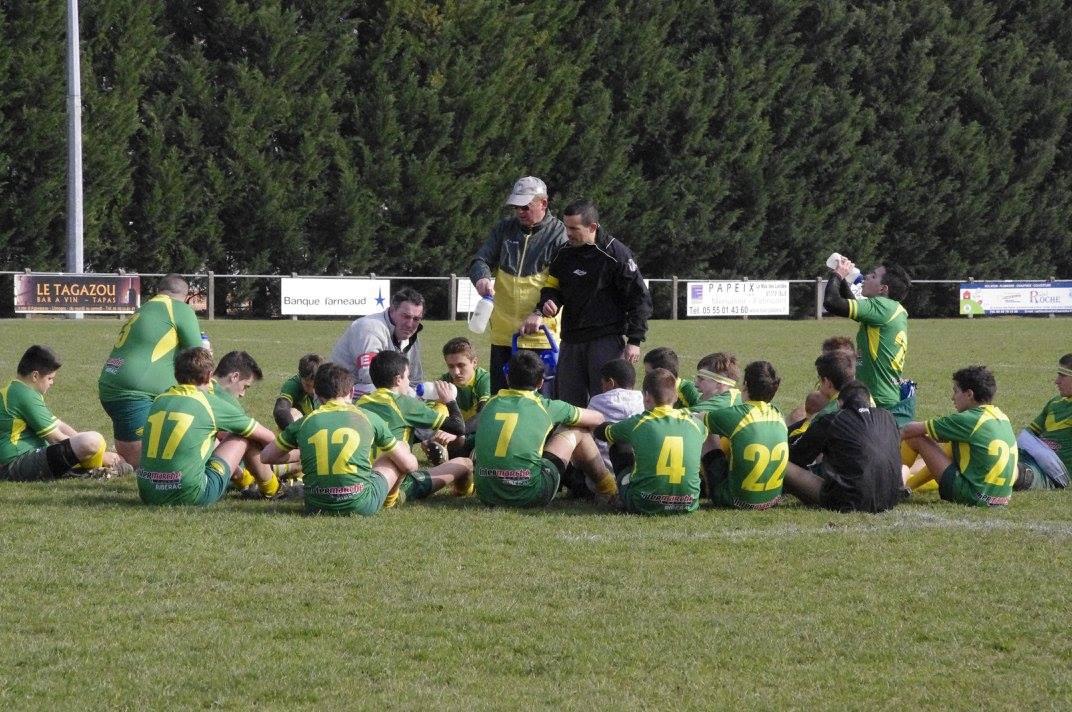 Bruno et  Karim les entraîneurs, Patrick l'accompagnateur, entourés des cadets